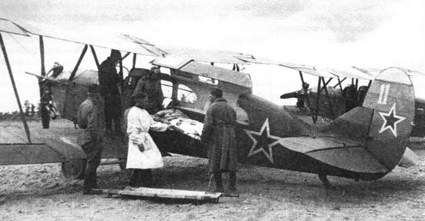 Погрузка раненого в санитарный самолет С-2