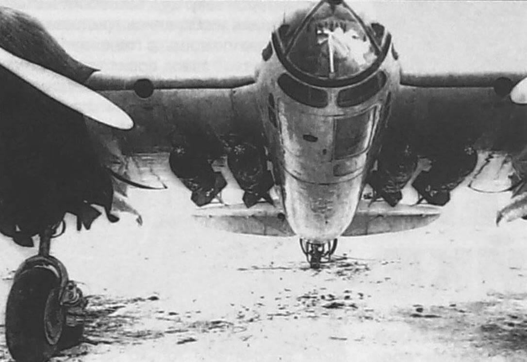 Бомбодержатели НП-1 с подвешенными на них бомбами