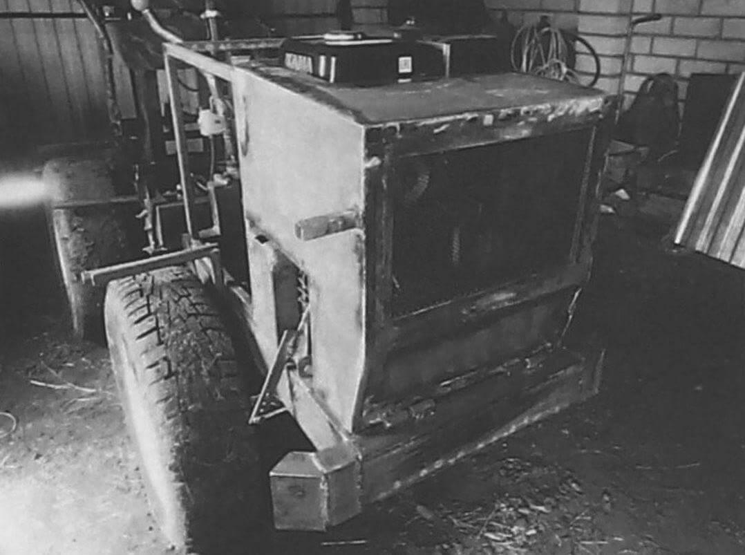 На капоте перед двигателем установлена защитная сетка