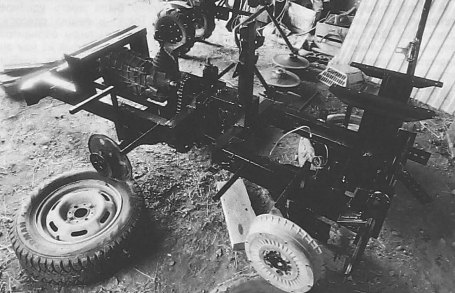 После успешных испытаний трактор был почти полностью разобран, детали рамы и кузова загрунтованы и покрашены