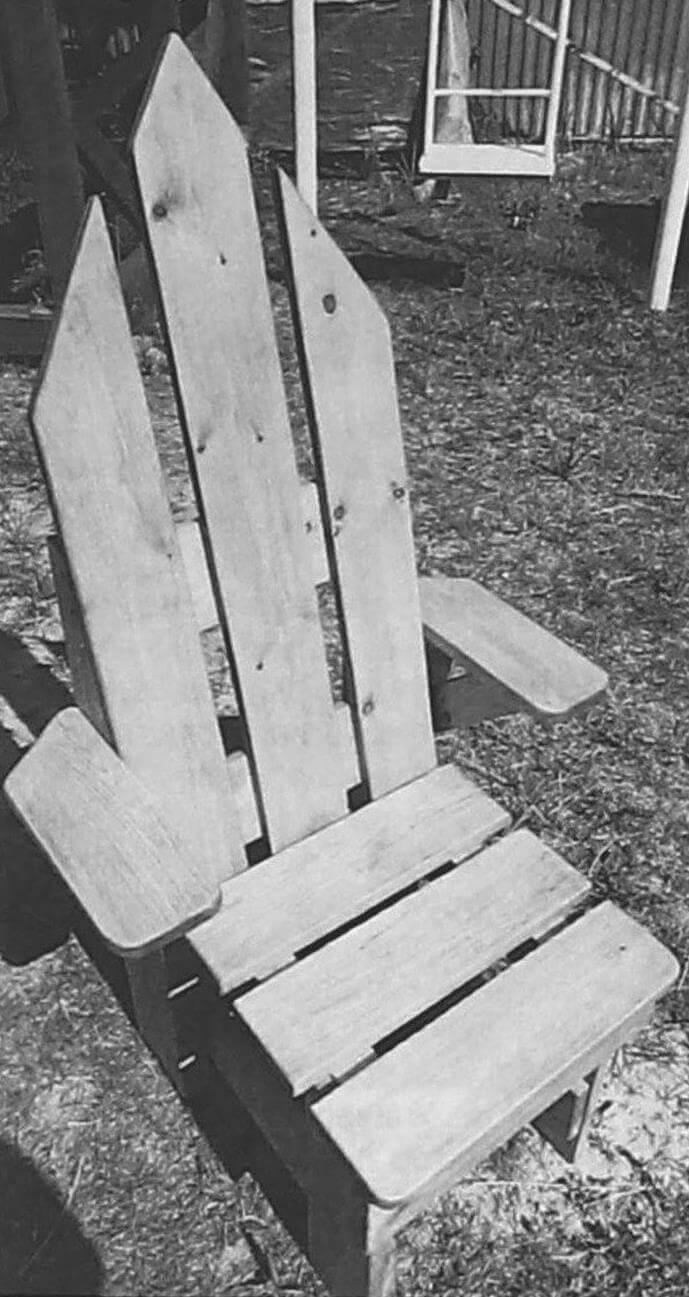 Особое внимание уделите обработке лицевой части кресла, шляпки саморезов должны быть спрятаны сзади