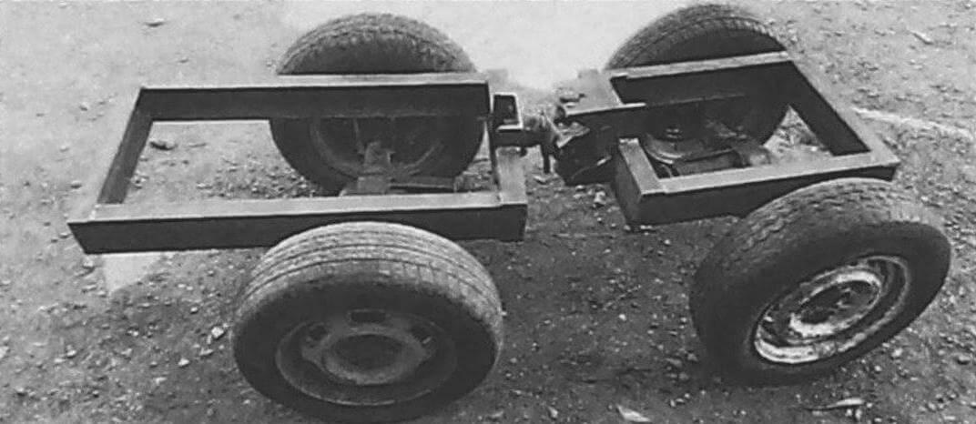 Шасси трактора выполнено из двух сочлененных полурам