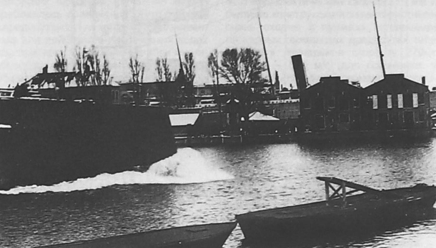 «Де Зевен Провинсиен» спускают на воду, 15 марта 1909 года. Среди участников торжественной церемонии был член королевской семьи принц Хендрик