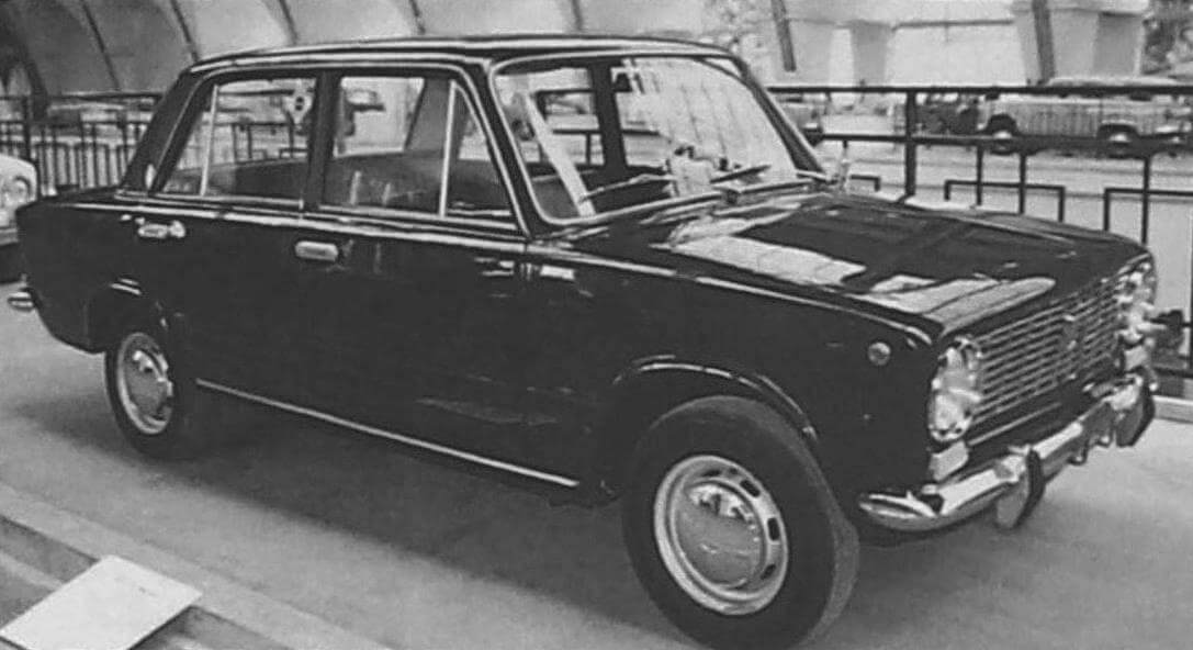 На ранних машинах немного отличалась форма клыков на бамперах