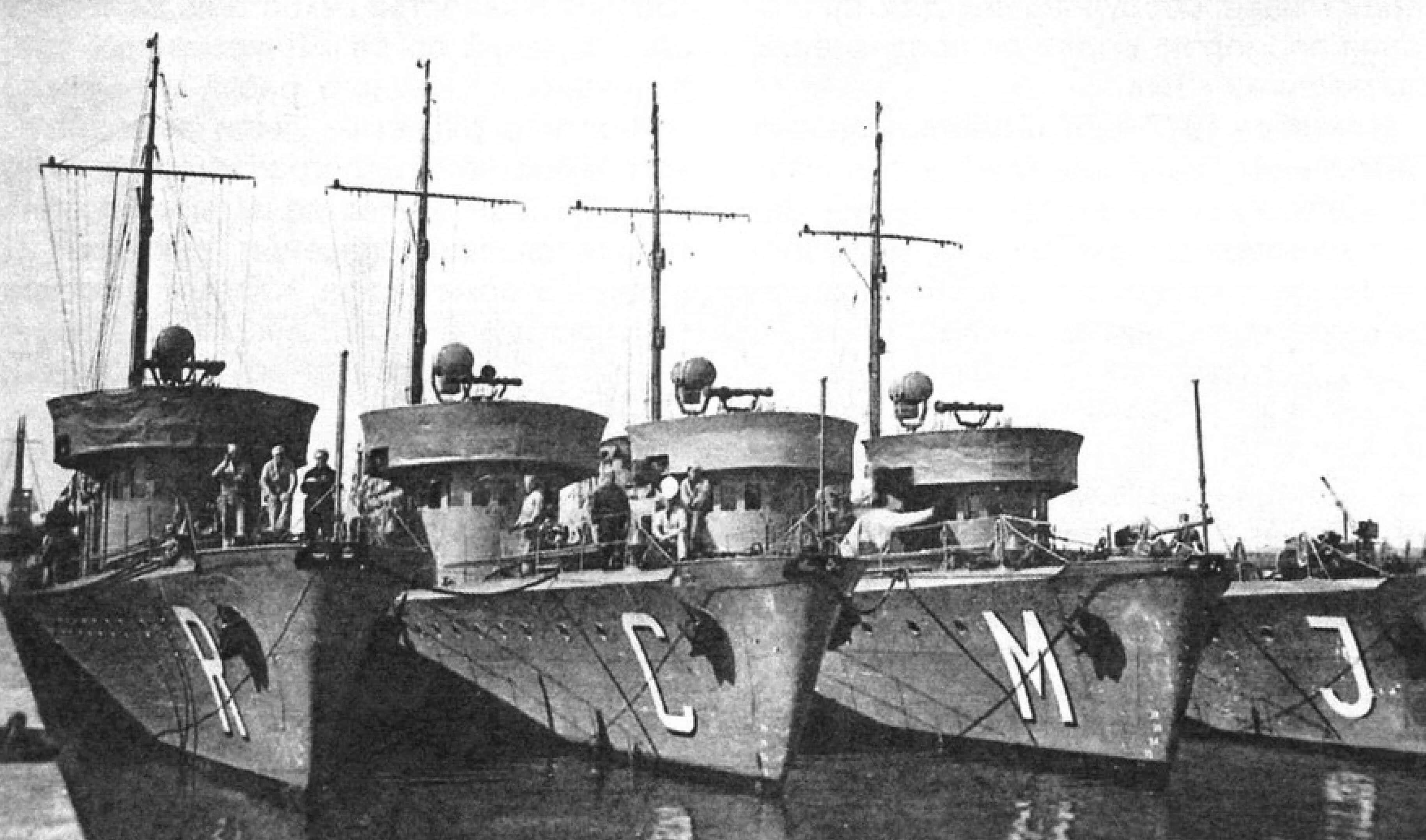 Тральщики «Rubitwa», «Czajka», «Mewa» и «Jaskolka», фото начала 1939 года