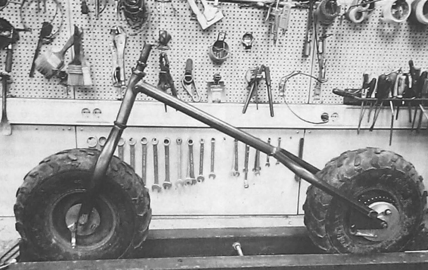 Простейшая хребтовая рама из трубы с приваренными к ней задней вилкой и рулевой колонкой с консольной вилкой