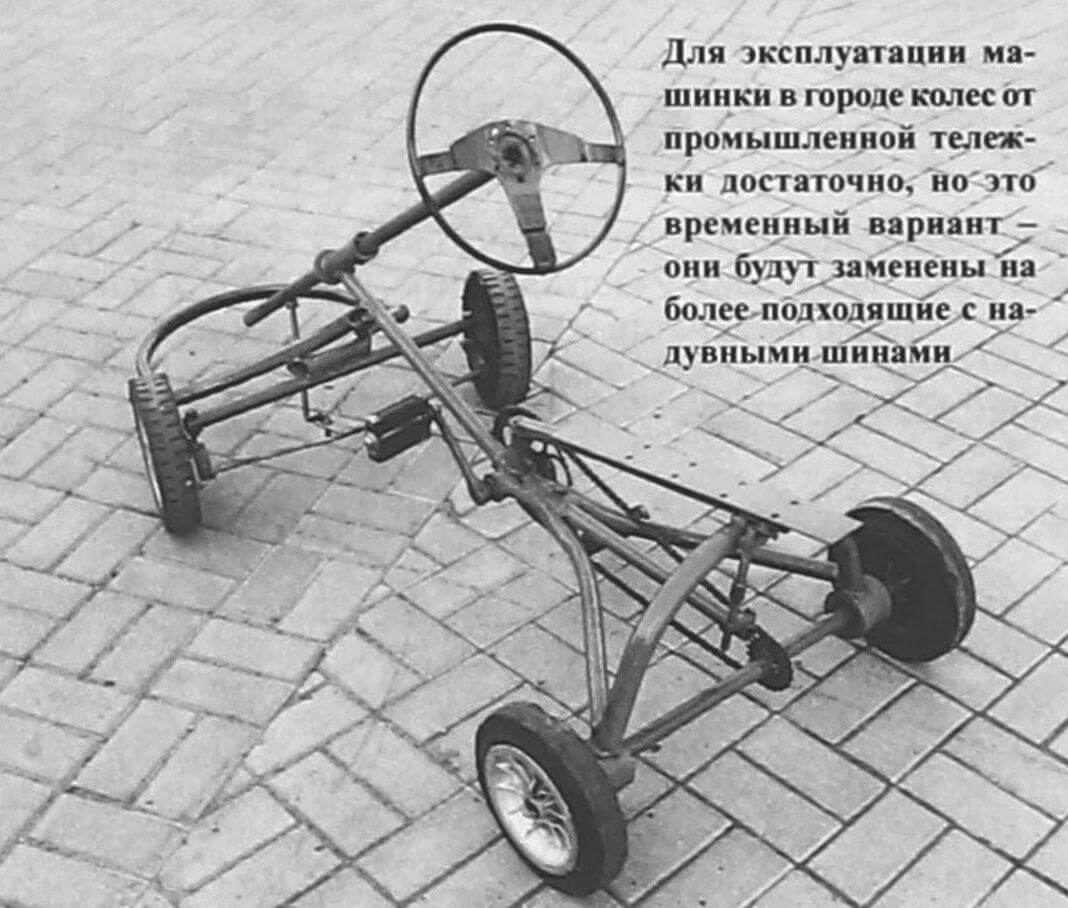 Для эксплуатации машинки в городе колес от промышленной тележки достаточно, но это временный вариант -они будут заменены на более подходящие с надувными шинами