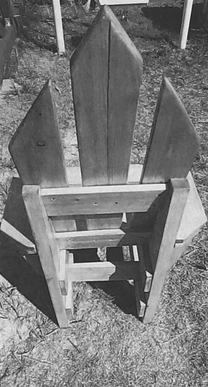 Сборку кресла начинаем с монтажа задней рамки, состоящей из двух ножек и трех поперечин