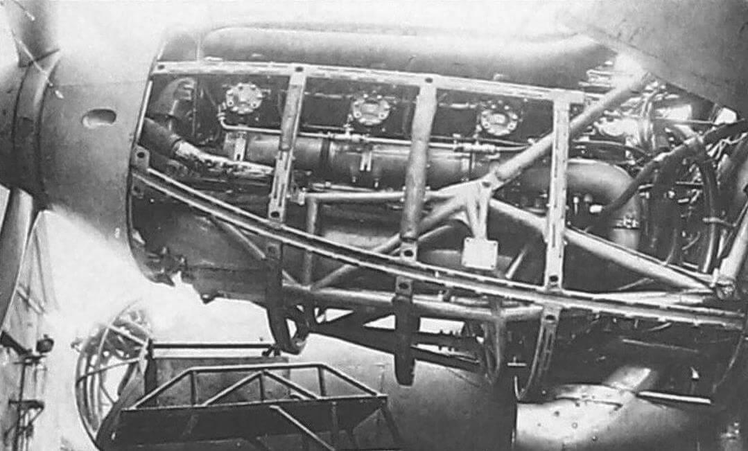 Частично раскапотированная левая мотоустановка самолета №2/281 с двигателями М-105