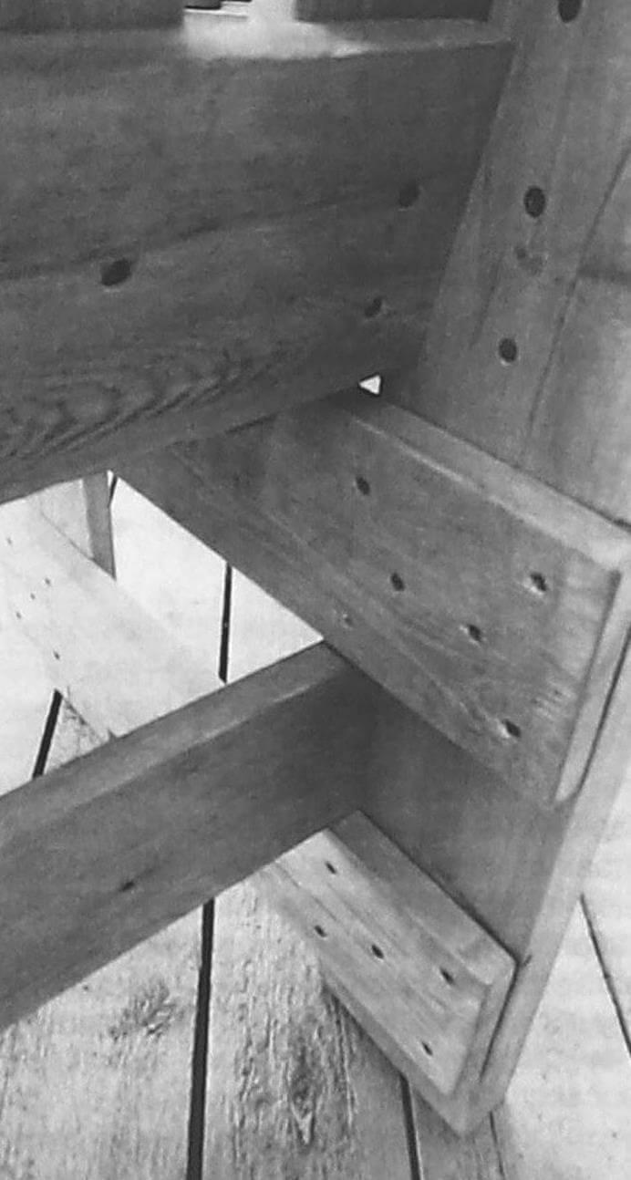 В данном случае для соединения деталей использовались саморезы. Однако, для большей прочности и надежности конструкции силовые элементы каркаса имеет смысл собрать на болтах