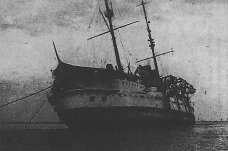 Сидящий на камнях «Де Зевен Провинсиен». Броненосец потерпел аварию 23 января 1912 года