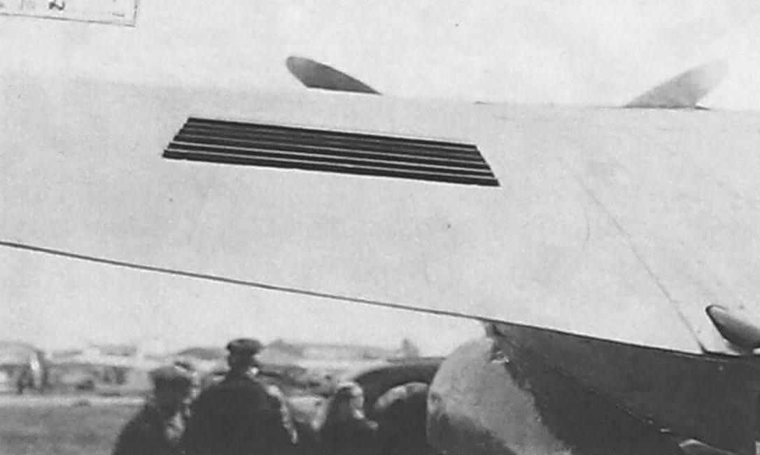 Щель для выхода воздуха, охлаждающего радиатор, на верхней поверхности крыла