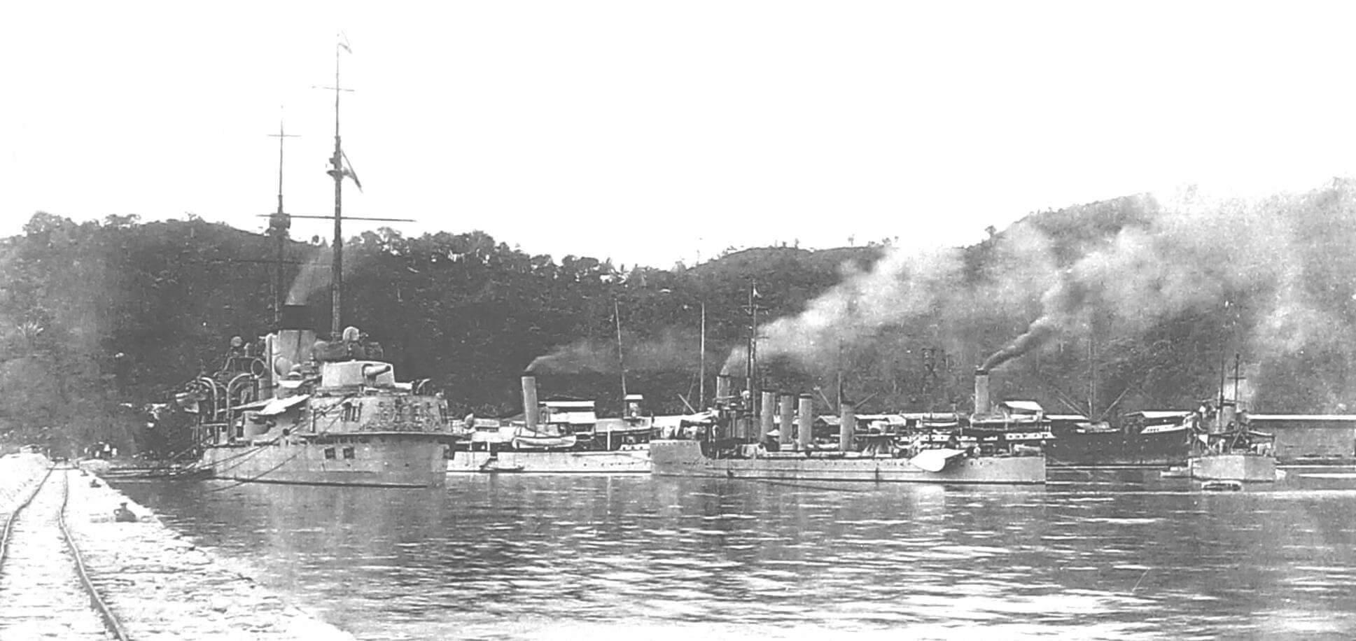 Корабли нидерландского флота в Ост-Индии. Слева - броненосец «Де Зевен Провинсиен» (хорошо видно кормовое украшение)