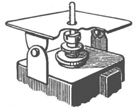Модернизированный вибрационный настольный лобзик ЭЛ-2. Чтобы снять дугу, достаточно выкрутить один винт, крепящий ее к станине