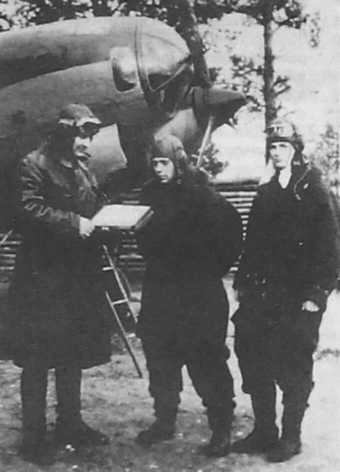 Командир 1-го нбап С.А. Донченко дает указания штурману полка Овчаренко и командиру 2-й эскадрильи Мизенину, Западный фронт, 1942 г.