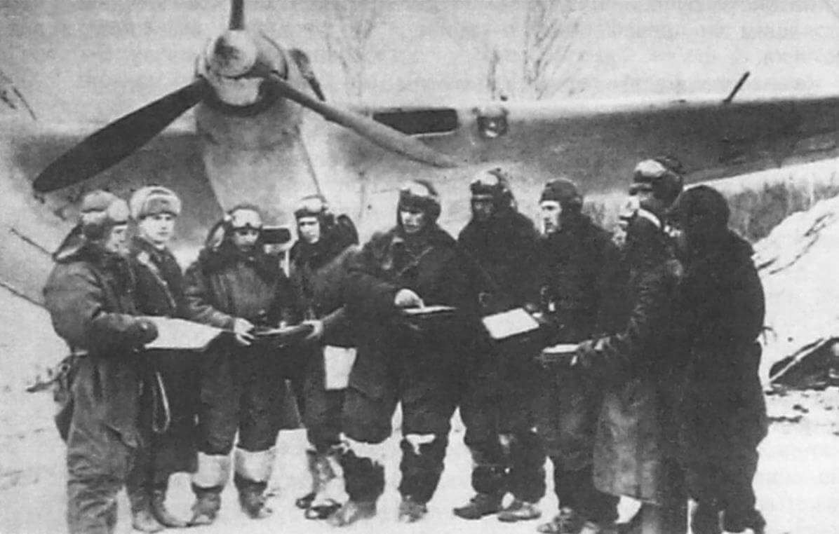 Командир 2-й эскадрильи 1-го нбап Я.Л. Мизенин инструктирует экипажи перед боевым вылетом, аэродром Дракино, начало 1942 г.