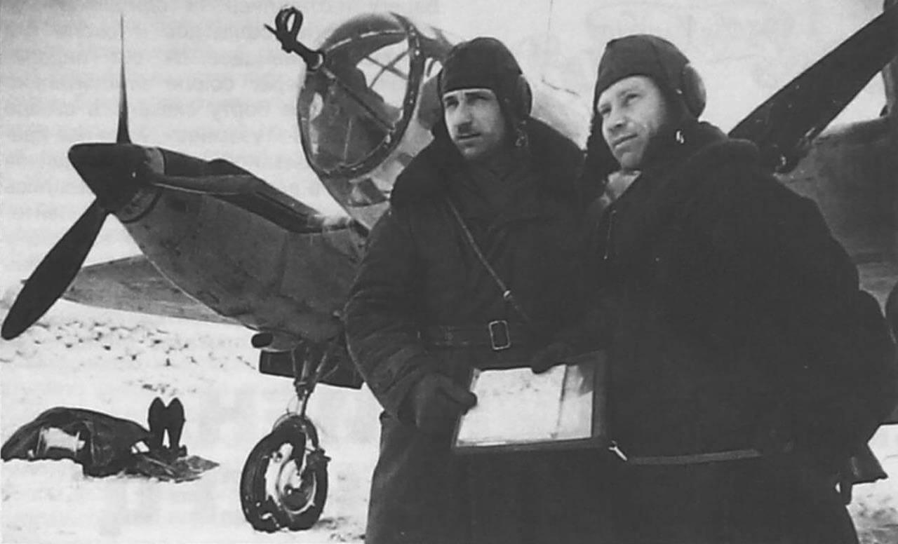 Командир эскадрильи П.Д. Лазарев и штурман старший политрук Н.М. Николаев перед боевым вылетом, Юго-Западный фронт, 1942 г.