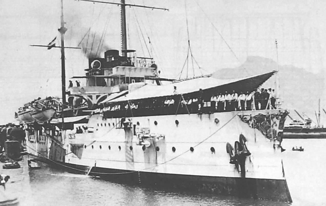 «Де Зевен Провинсиен» в порту, обратите внимание на носовое украшение корабля