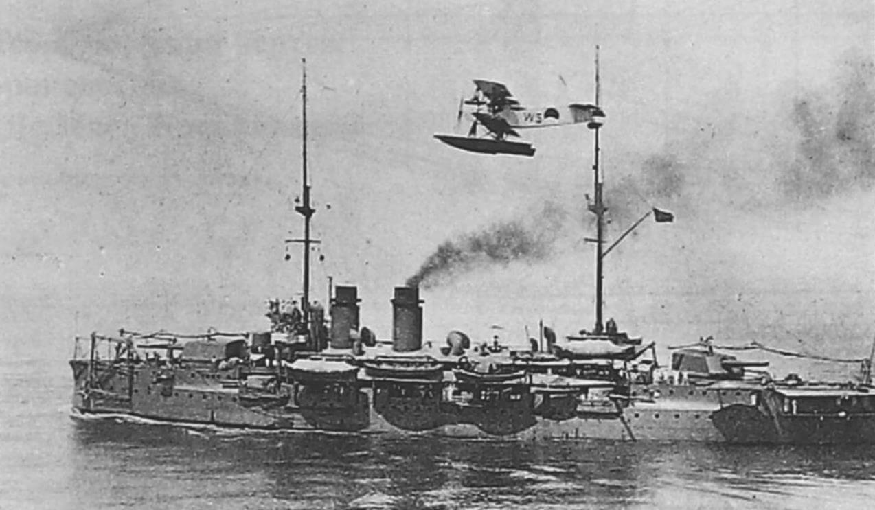 «Де Зевен Провинсиен» в море на ходу; над кораблем - флотский гидросамолет-разведчик «Фоккер» C.VII-W