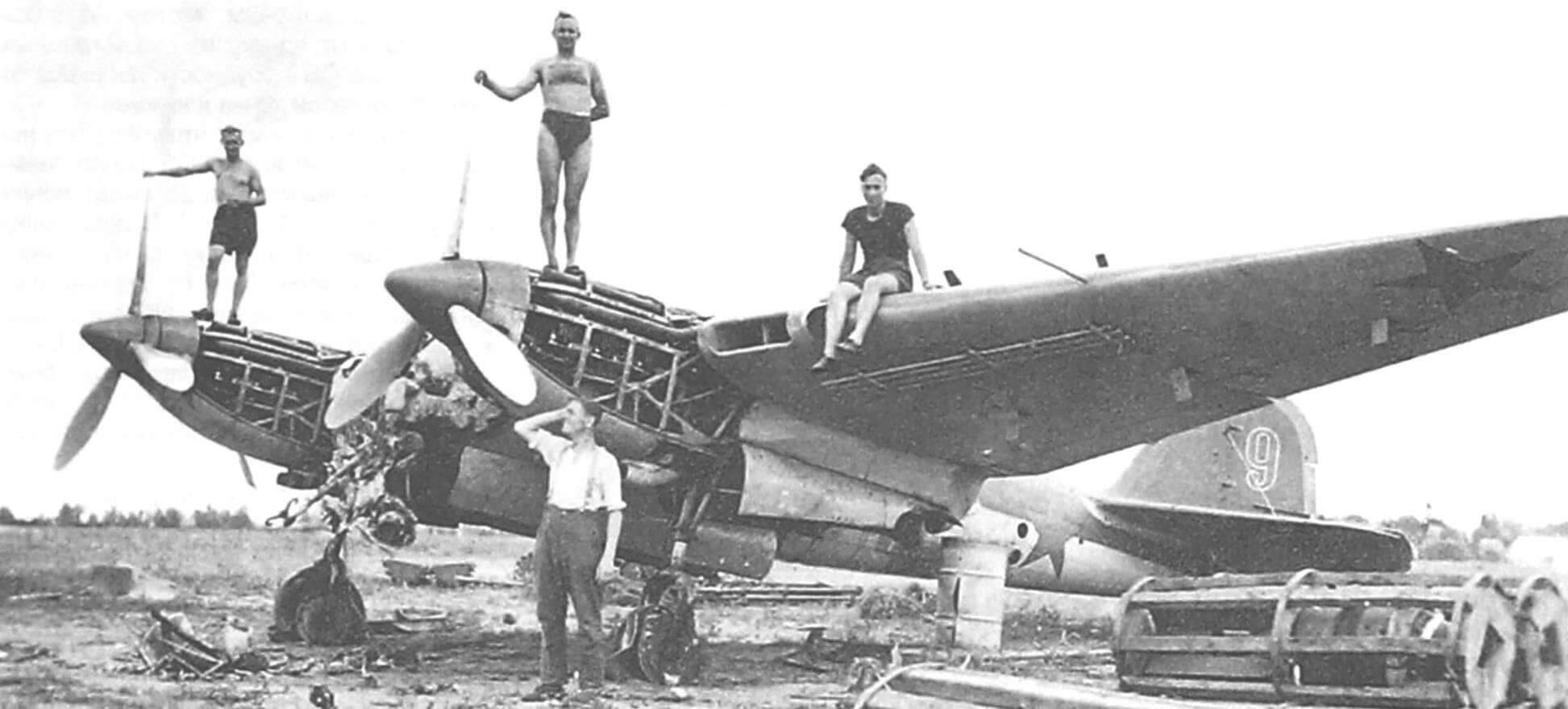 Немецкие солдаты фотографируются у захваченного неисправного Ар-2, 1941 г.