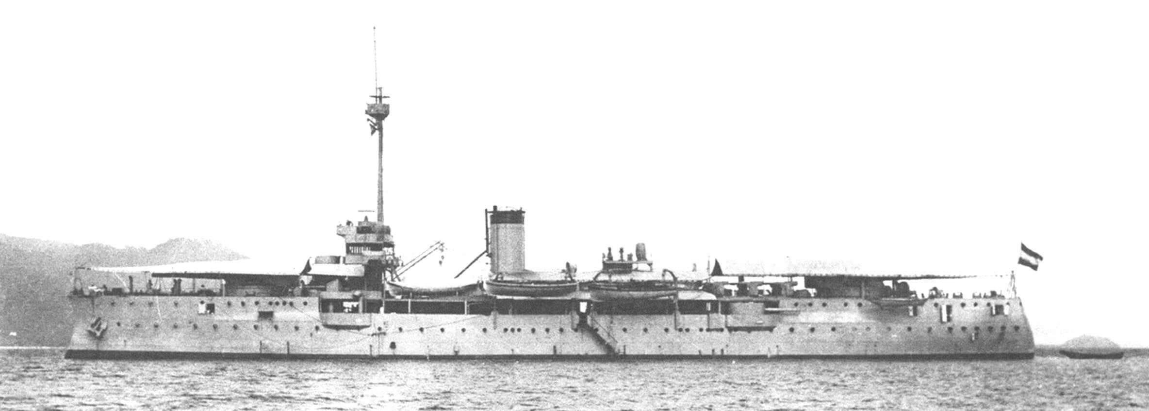 Учебно-артиллерийский корабль «Сурабая». На фотографии хорошо видно, где именно остались 15-см и 7,5-см орудия
