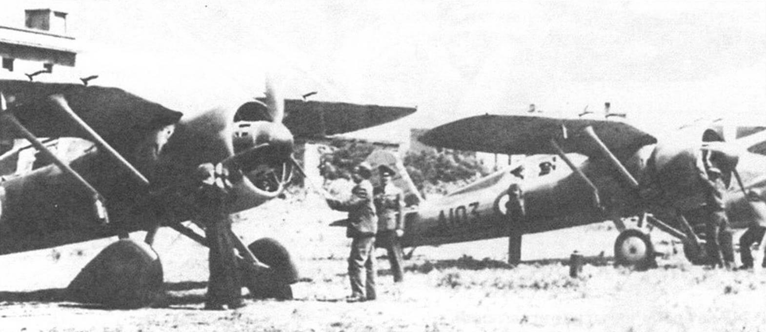 Истребители греческих ВВС на аэродроме, конец 1940 г.
