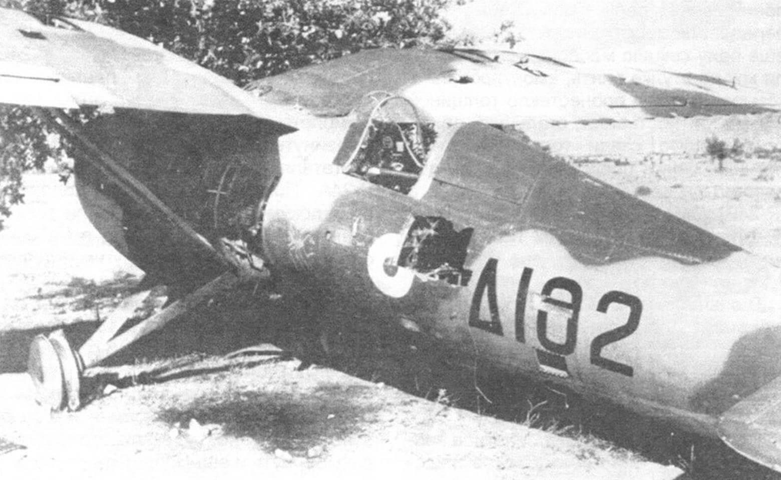 Поврежденный самолет P-24G, брошенный на аэродроме Аргос, конец апреля 1941 г.