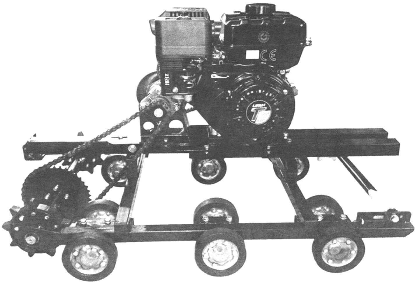 Моторно-гусеничный блок представляет собой самодельную раму, на которой крепятся готовые элементы заводского изготовления: двигатель, звездочки и опорные ролики от серийного снегохода