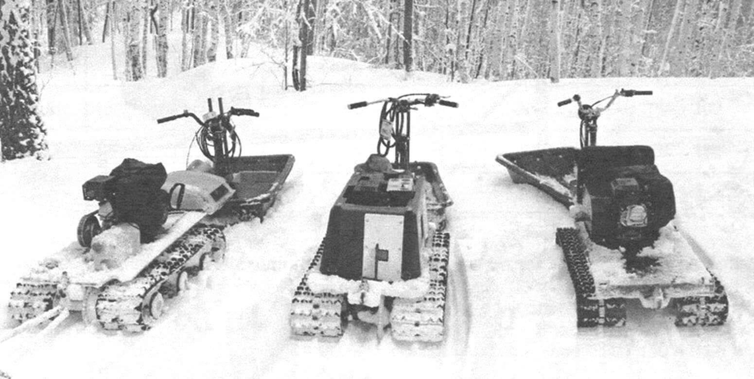 Мы изготовили три снегохода «Тритон», на фото сзади видна разница в приводе (на передний или задний вал моторно-гусеничного блока)