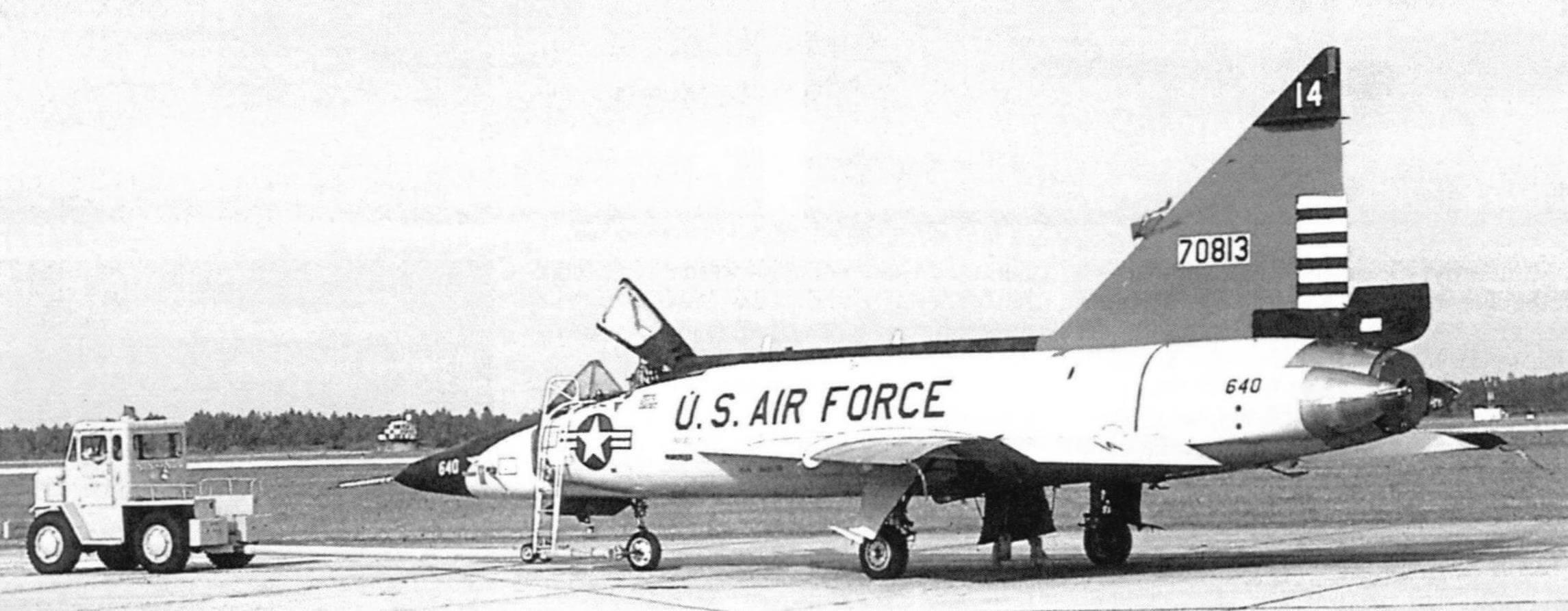 Летный день на авиабазе Большой Питтсбург. Буксируют F-102А из 146 эскадрильи Национальной гвардии Пенсильвании. Эскадрильи летала на таких самолетах с ноября 1960 года до конца 1975 года. Этот F-102А-90-С0, (с.и. 57-0813) соответствует оригинальной схеме окраски с красным килем. Позже он немного изменился, но полосы на руле направления сохранились