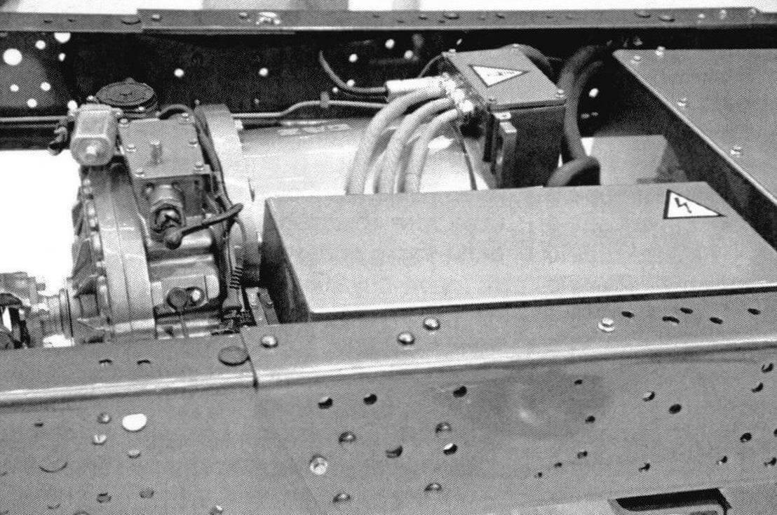 На фургонах большую часть элементов тяговой батареи для лучшего распределения веса устанавливают на раме, в пределах колесной базы