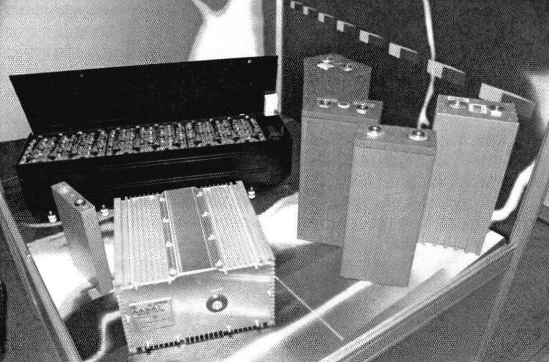 Литий-железо-фосфатные батареи имеют модульную конструкцию, что позволяет разместить аккумуляторы в разных местах, обеспечив оптимальное распределение веса