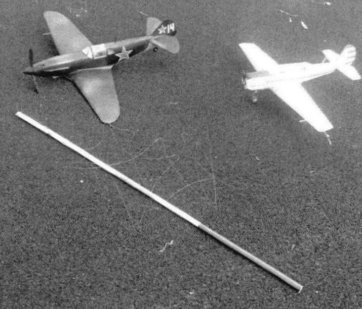 Модели перед полетом. На переднем плане инструмент механика — рейка-стартер
