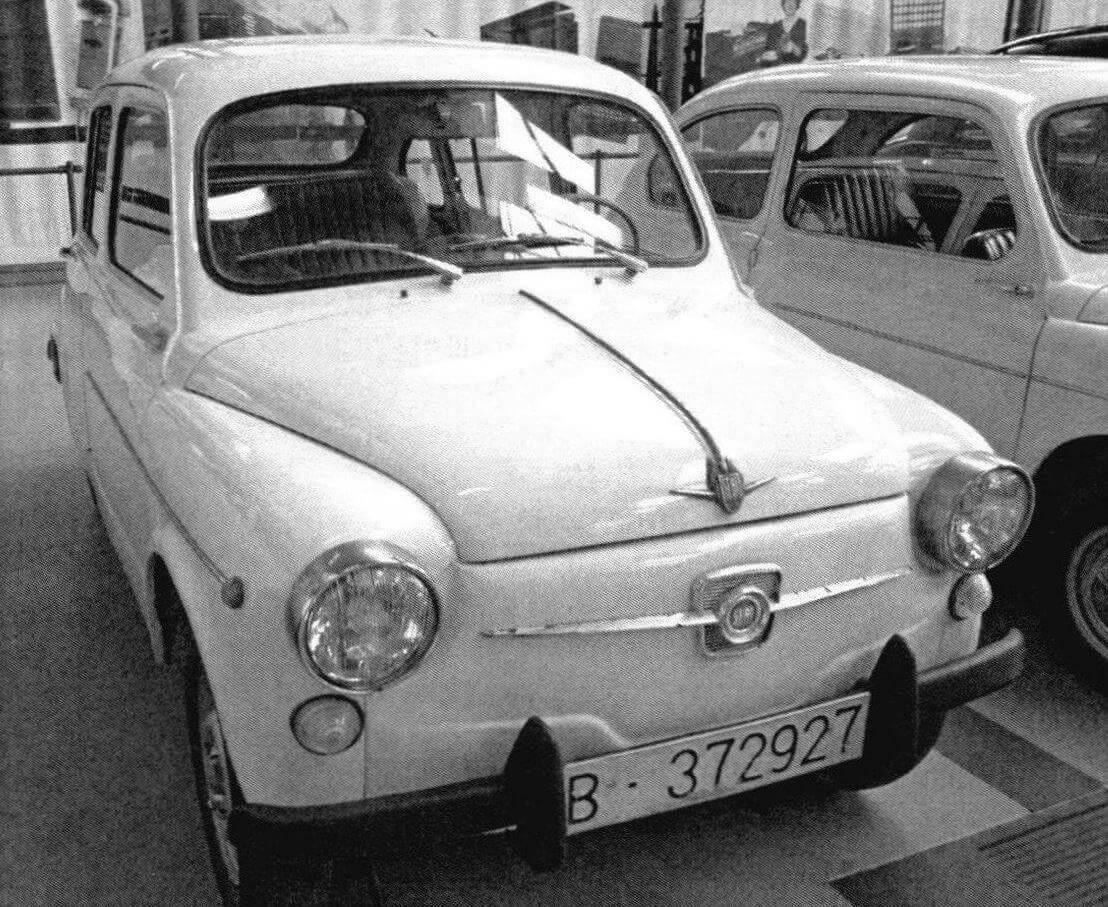 У автомобилей Seat 600/Seat 800 было две оригинальных эмблемы: на передней панели и на крышке багажного отсека