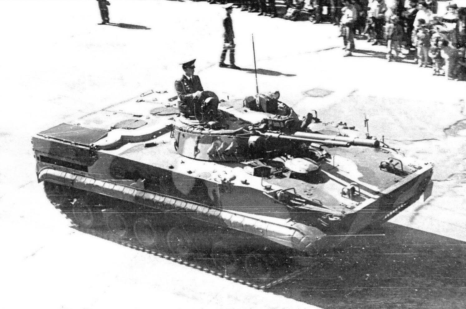 БМП-3 возвращается с парада. Москва, 9 мая 1990 года