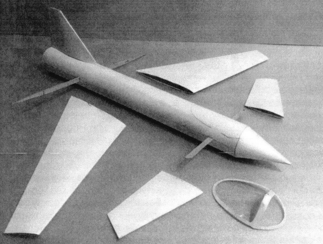 Модели в процессе сборки. Вверху - «утка» с обратной стреловидностью крыла, внизу - с прямой стреловидностью