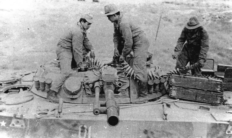 Загрузка боекомплекта 30-мм пушки