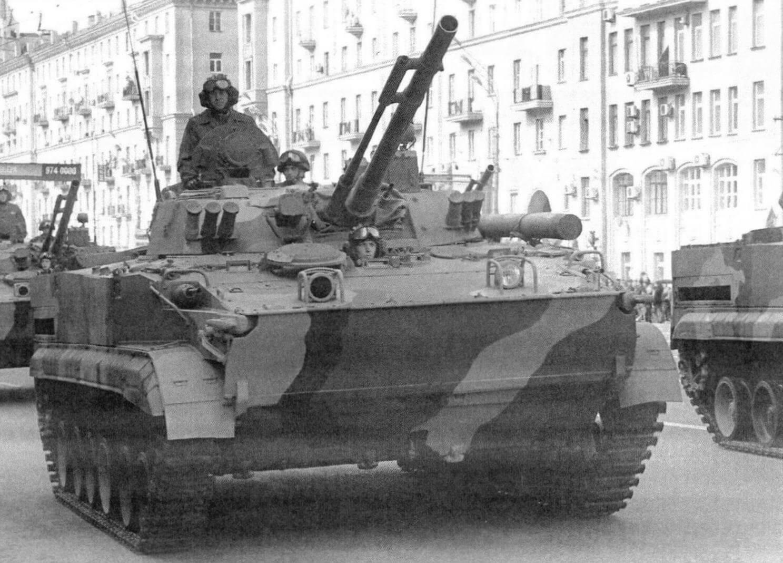 БМП-3 возвращаются с парада. Москва, 9 мая 2008 года