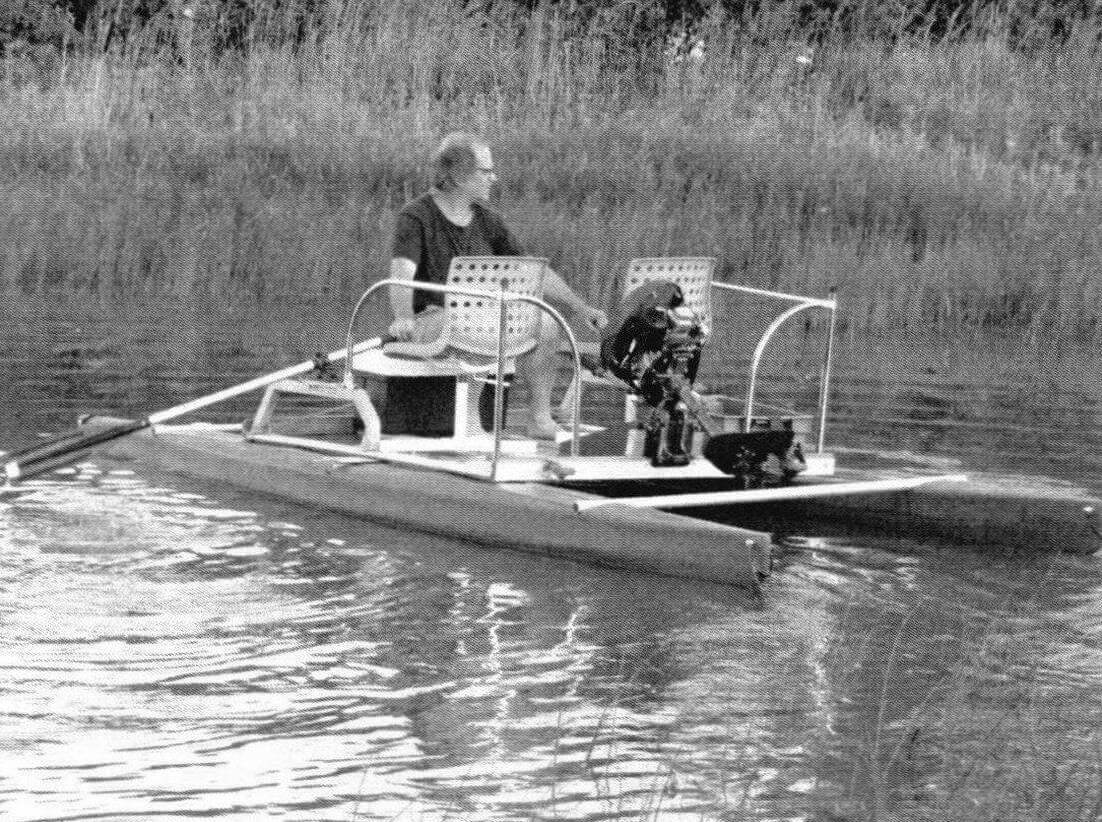 Катамаран с «байдарочными» обводами поплавков очень легок на веслах, причем грести одинаково удобно как вперед, так и назад