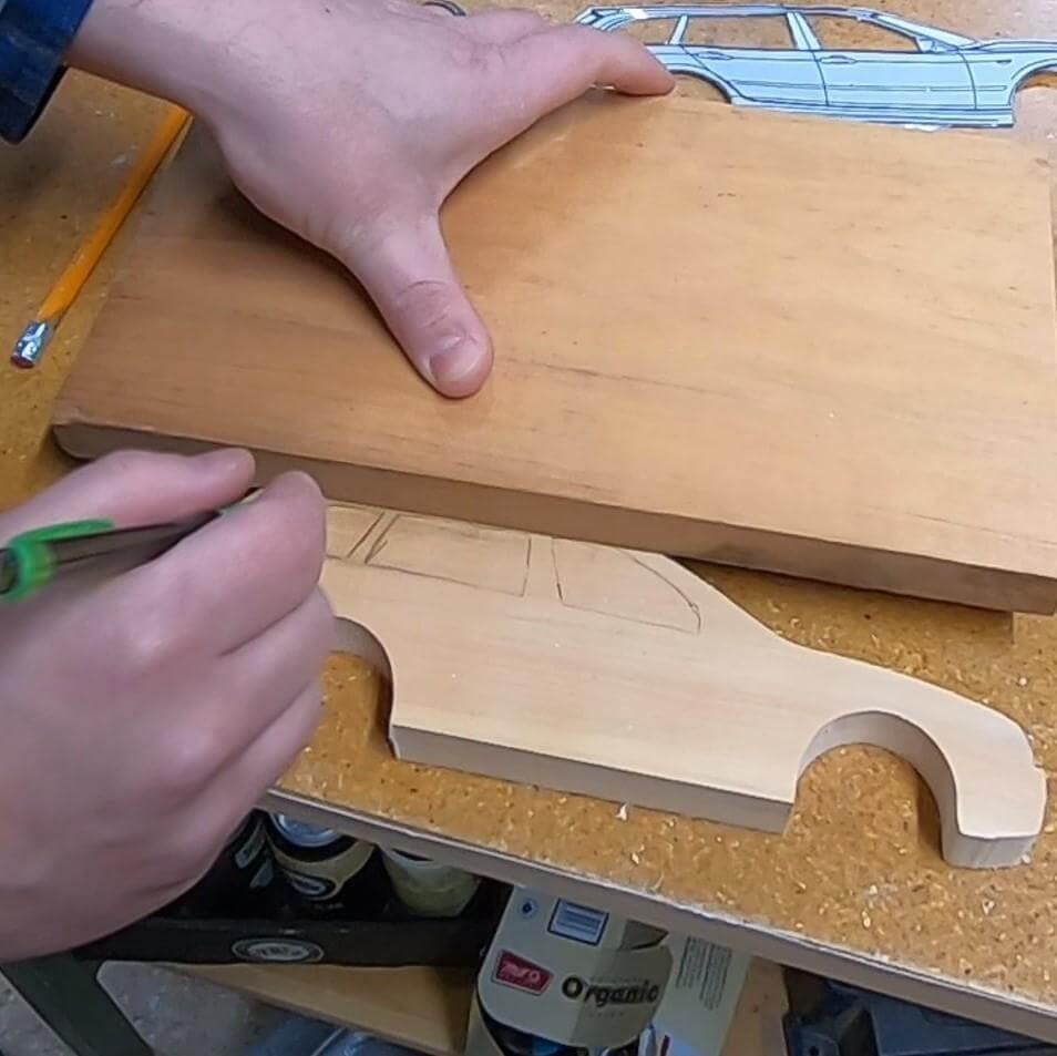 Шаг 4: Вырезаем крышу и окна