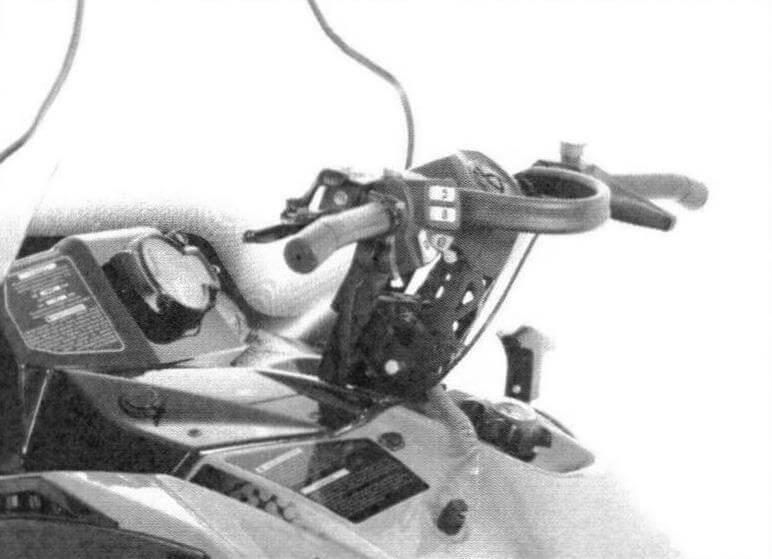 Руль можно настроить по высоте, его ручки имеют подогрев