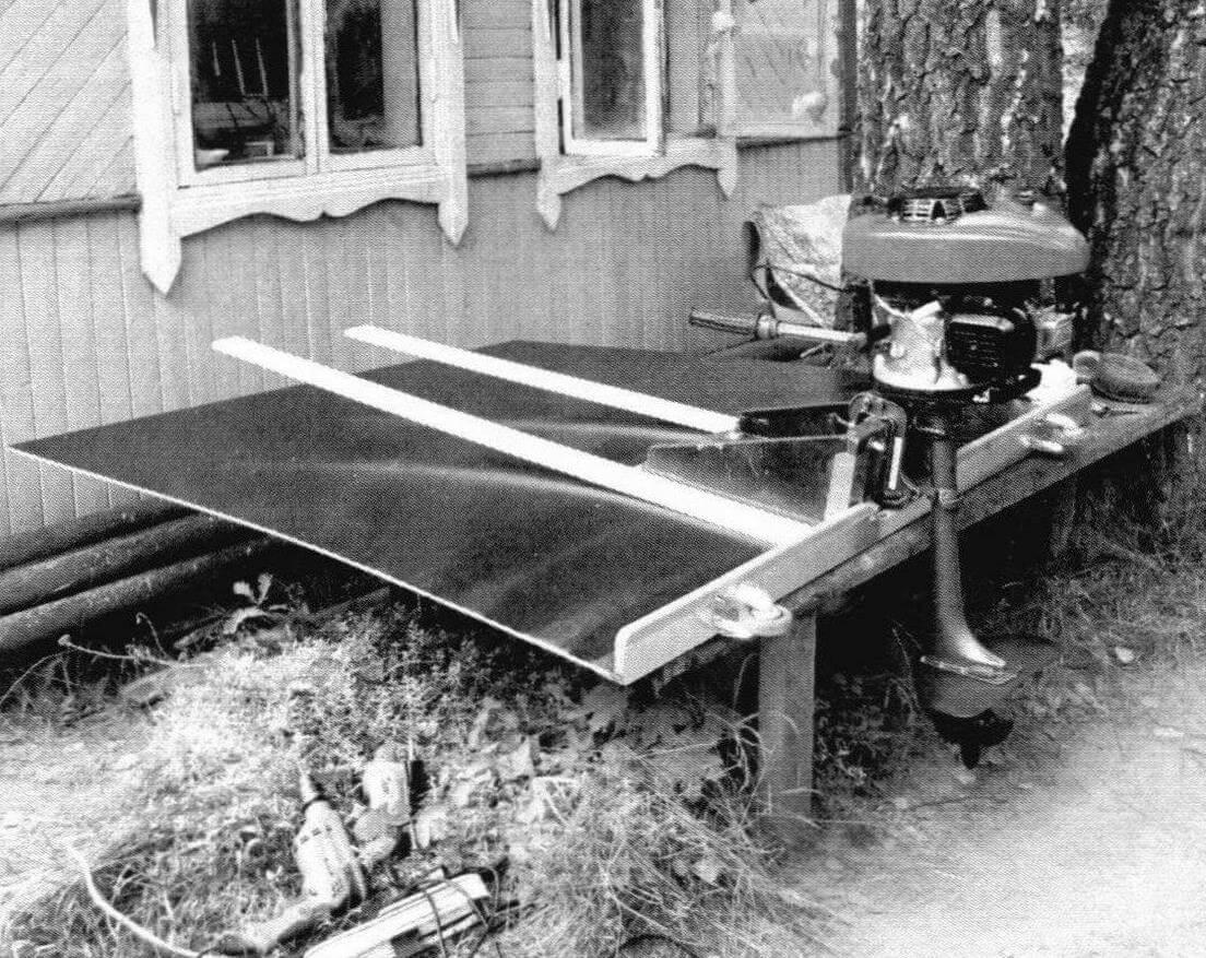 Настил и кормовая траверса готовы. Первая примерка с двигателем. На кронштейне закреплен оптимальный для этой конструкции самодельный ПЛМ мощностью 4 л.с. Силовая головка - четырехтактный Champion G140VK рабочим объемом 140 см3 с 3,5-литровым топливным баком от советской «Стрелы», установленная на «ноге» от Suzuki DT2.2, винт - Tohatsu диаметром 187 мм и шагом 178 мм. Масса мотора 19 кг. Над редуктором находится гидрокрыло, приподнимающее корму в переходном режиме движения