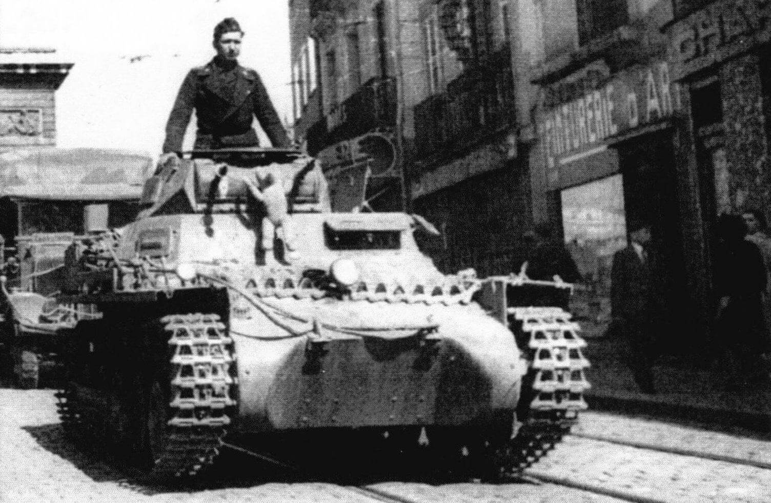 Так все начиналось. Pz.I Ausf.B на улице Парижа. Июнь 1940 года