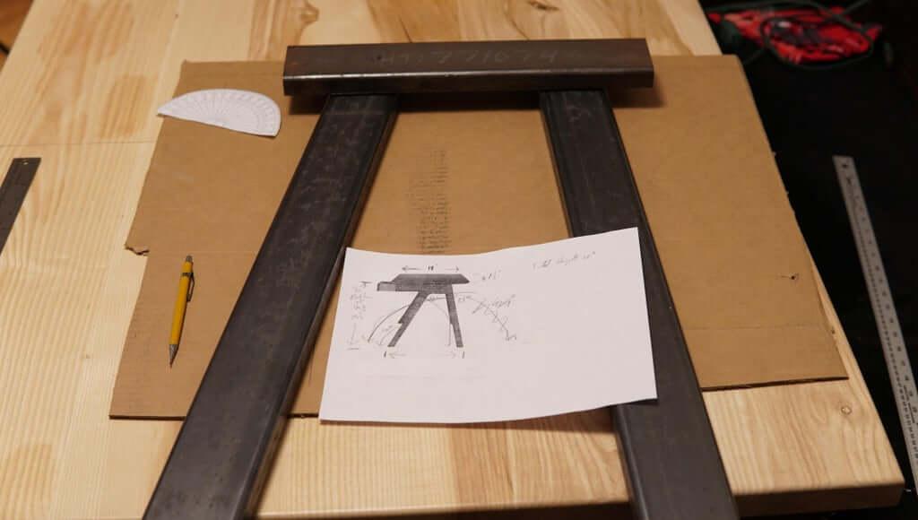 Шаг 2: Сварка ножек / подставки