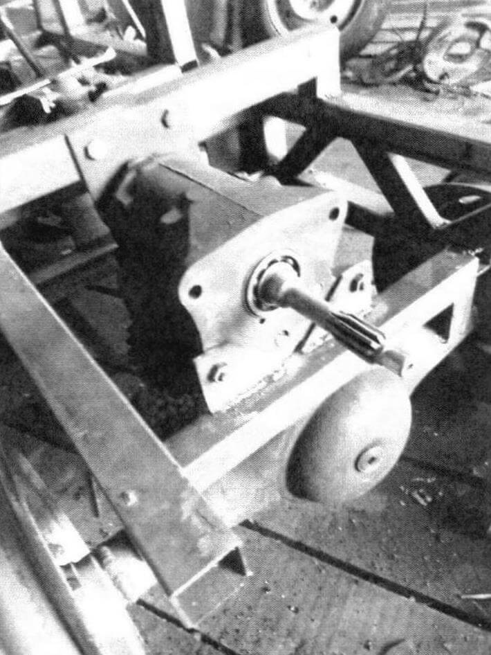 Для удобства обслуживания коробка передач закреплена на раме на кронштейнах