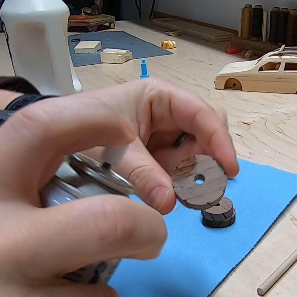 Шаг 20: Изготовление колес - Часть C