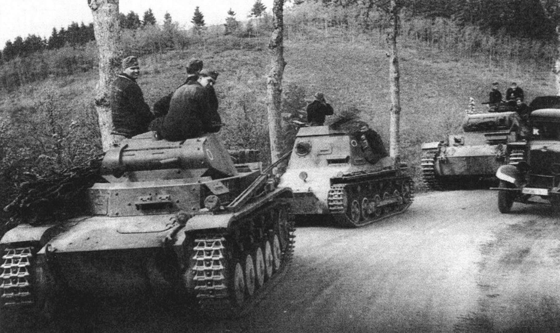 Колонна немецких танков в Арденнах. Май 1940 года. На переднем плане Pz.II