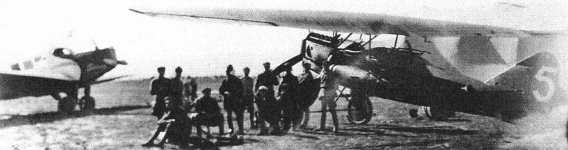 На аэродроме стоят пассажирский Ю-13 (слева) и разведчик Ю-21 (справа)