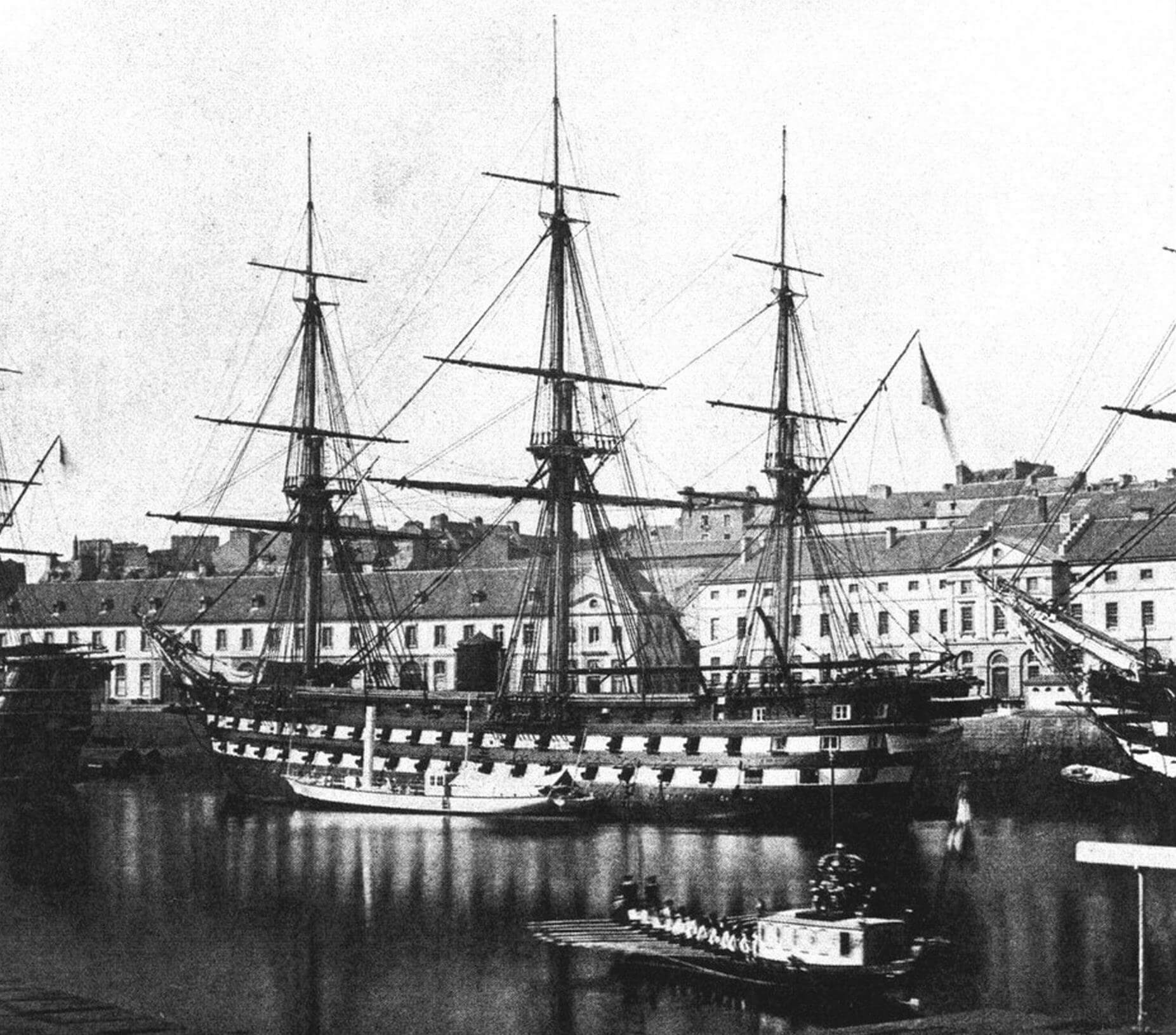 Смотр французского флота императором Наполеоном III. Императорская лодка (на переднем плане) подходит к борту линейного корабля «Империал»