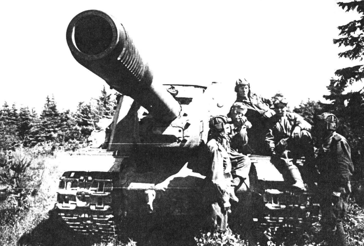 Экипаж ИСУ-152 отдыхает после боя. Белоруссия, 1944 год